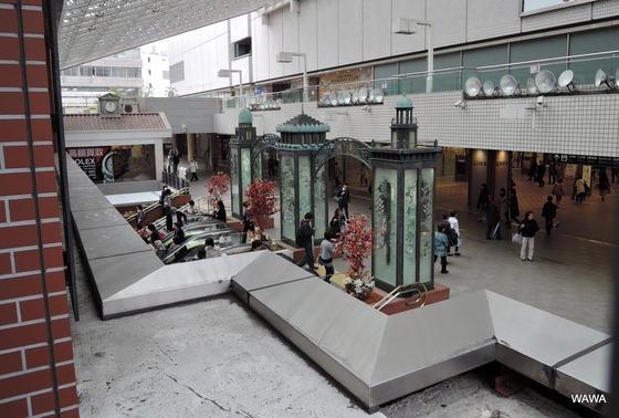 横浜駅東口の横浜三塔物語ゲート