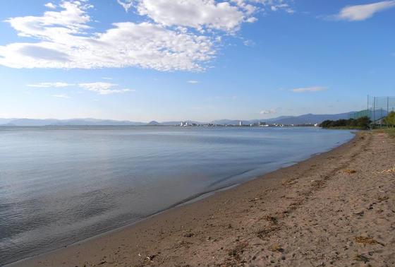湖岸に続く砂浜