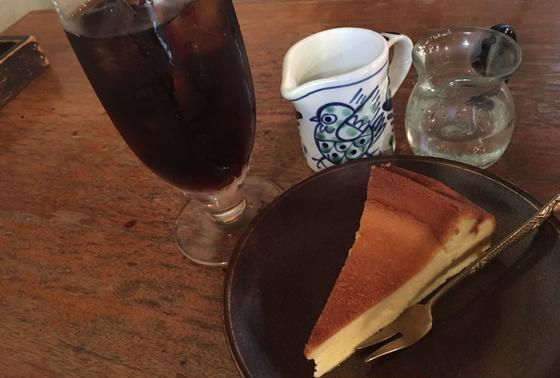 アイスコーヒーとベイクドチーズケーキ