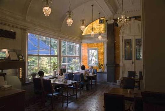 中にカフェ、フレンチレストラン