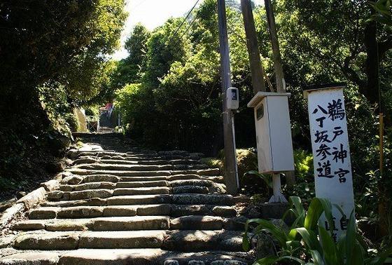 真ん中がすり減った階段