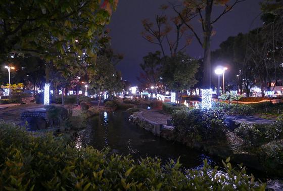 久屋大通公園内の小路