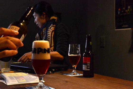カウンターでビール