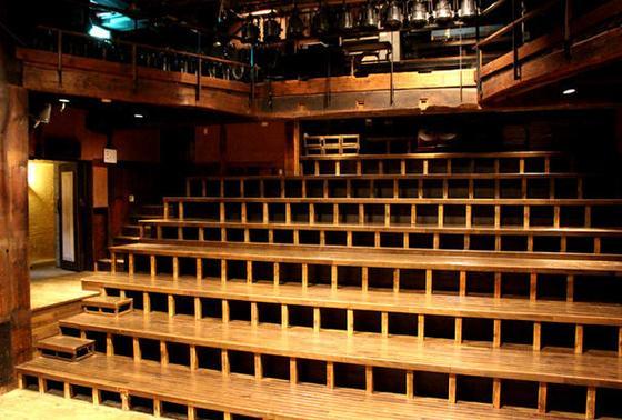 秘密基地のような劇場
