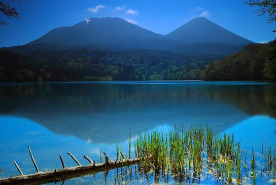 湖面に映る雌阿寒岳と阿寒富士