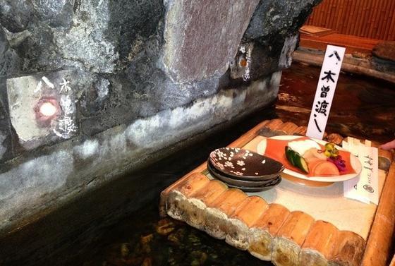 中央にデンと構える大きな岩山、その周囲を緩やかに流れる川、そして筏に乗った手打ち蕎麦!