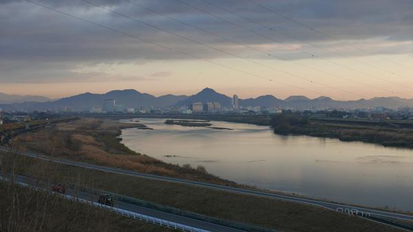 遠くに岐阜城が建つ金華山が