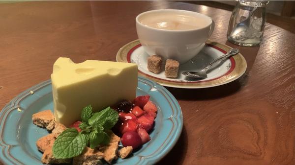 チーズケーキ(690円)とカフェラテ(550円)