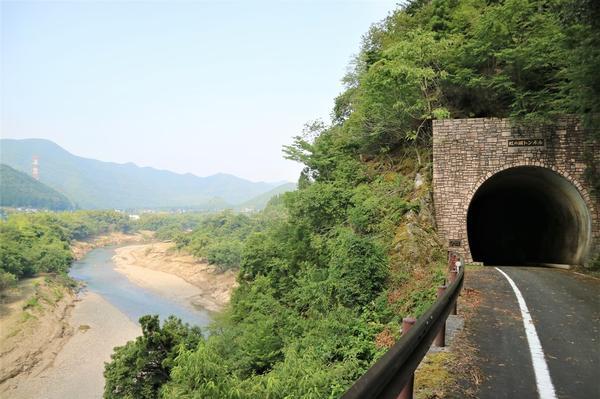 トンネルと由良川の景色