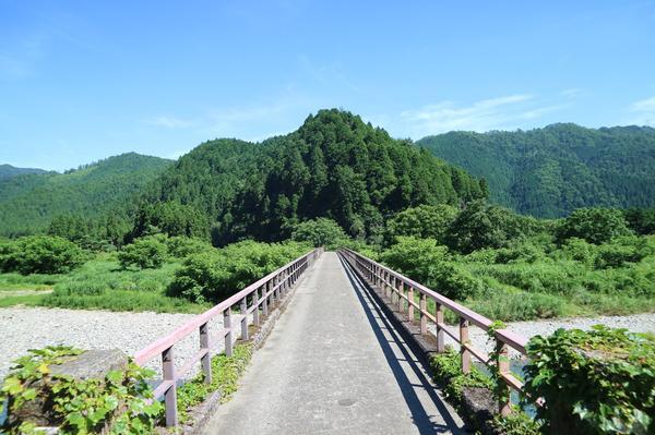 山へとのびる橋