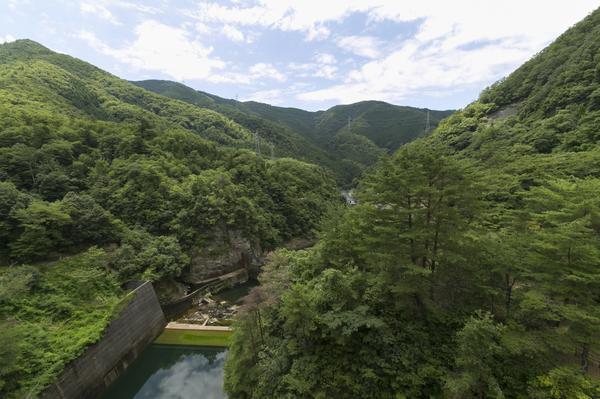 山々とダムの風景