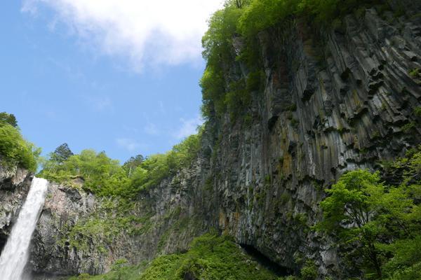 周囲は切り立った崖