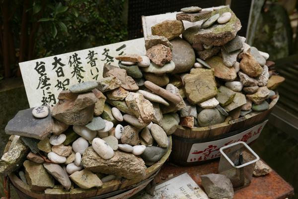 ここでも石です