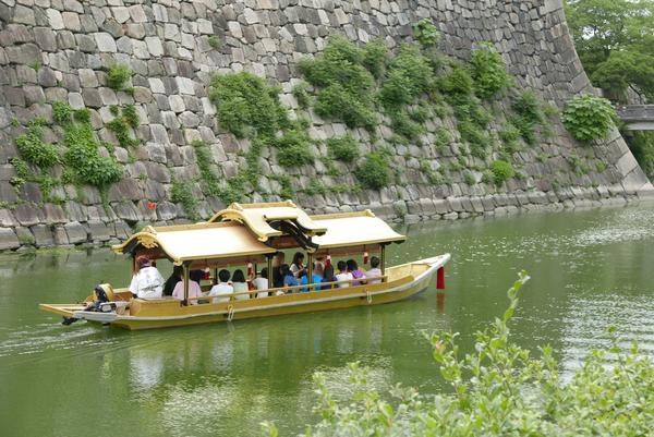堀に浮かぶ遊覧船