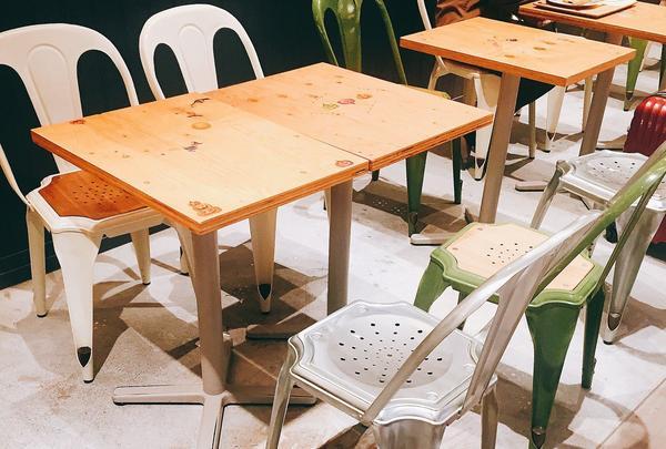 カフェスペースもカラフルなチェアが並んでオシャレ!