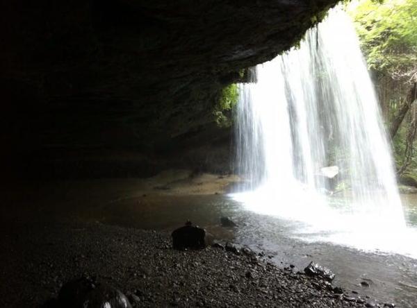 滝の裏から