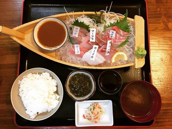舟盛り刺身定食(1580円)