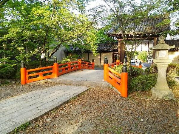 東門と朱塗りの欄干の小橋