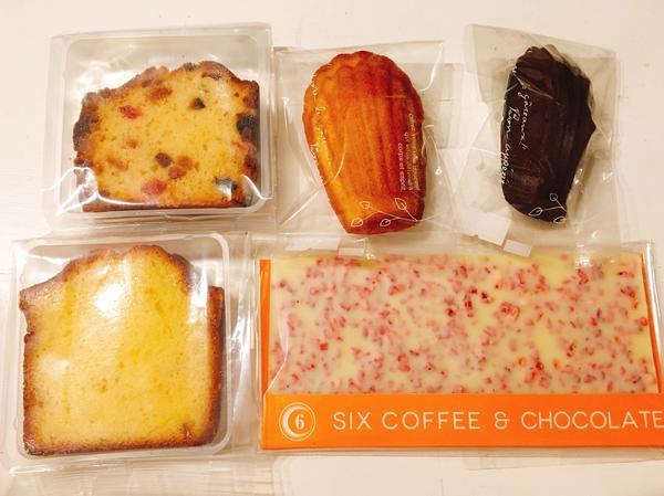 購入したチョコレートと焼き菓子