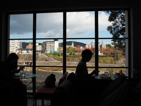 鴨川を望む大きな窓