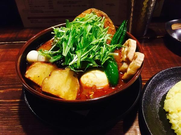野菜スープカレーにチキン丸ごと一本トッピング