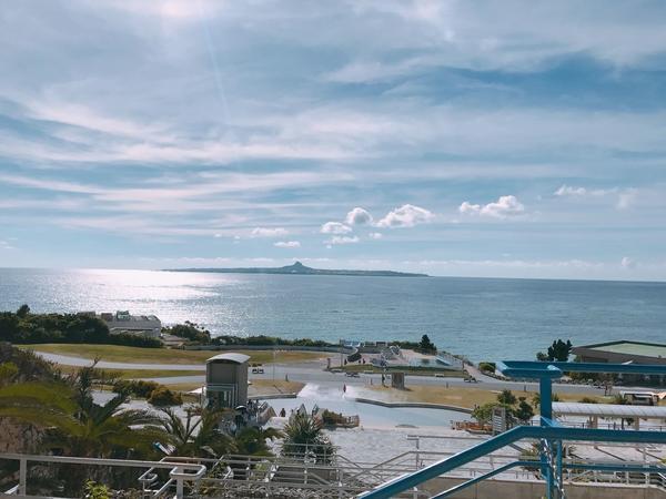 遠くに見えるのは伊江島