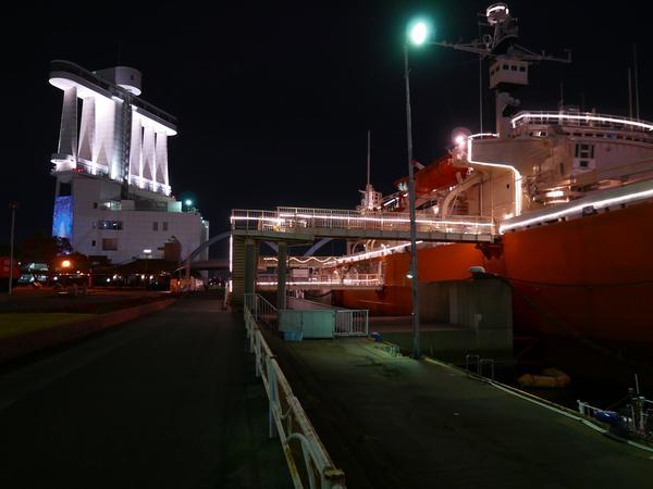 右側には南極観測船