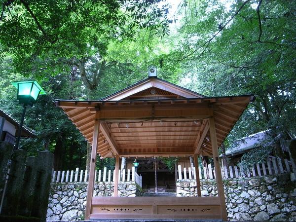 自然に囲まれた神社