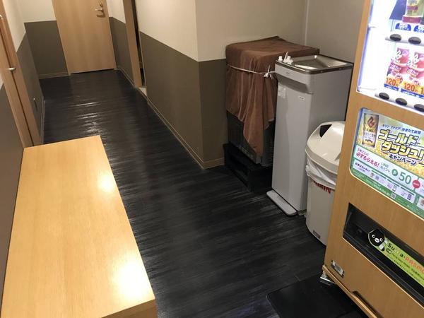 二階自販機と休憩椅子