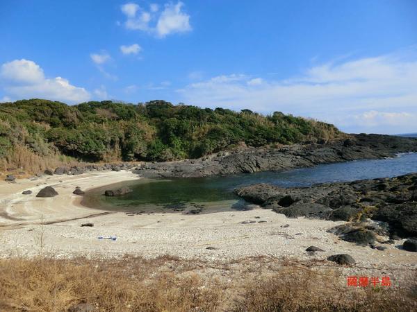 岩場や砂浜を歩きます。無理なくゆっくり進みましょう。