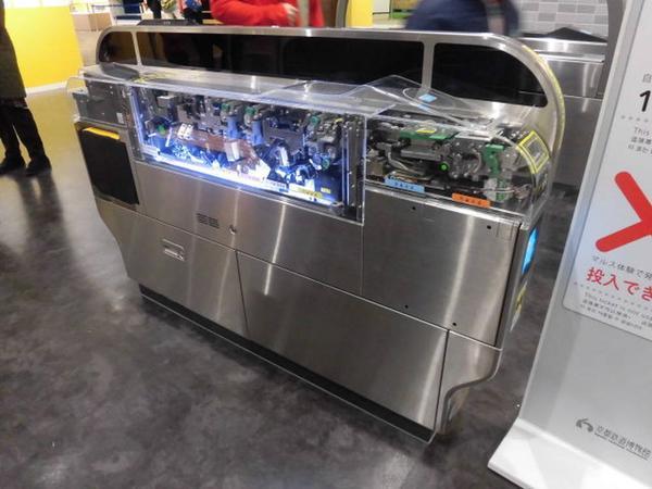 自動改札機と自動券売機