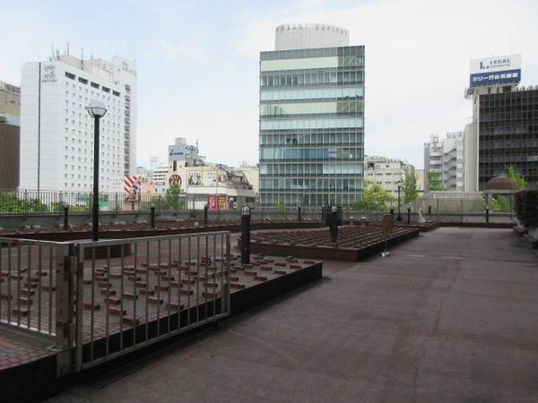 駐車場と広場