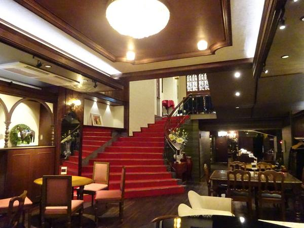 赤い絨毯に螺旋階段