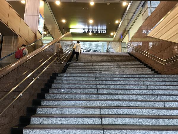 駅構内への階段