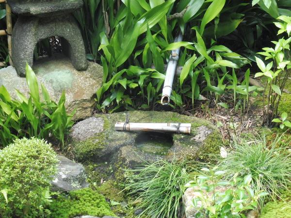勾玉の手水鉢