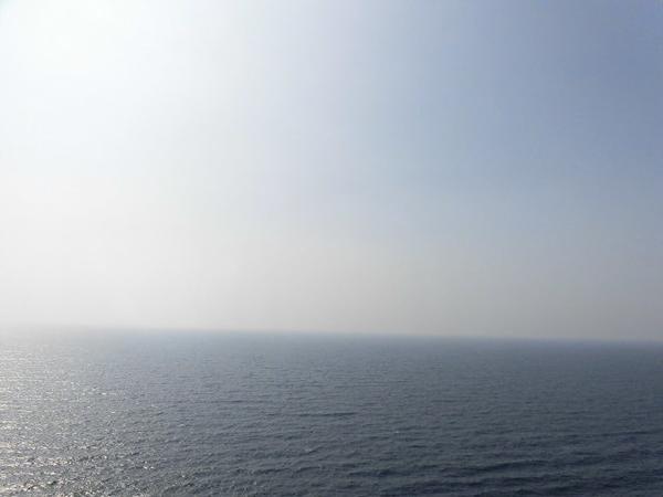灯台の展望台から日本海を望む