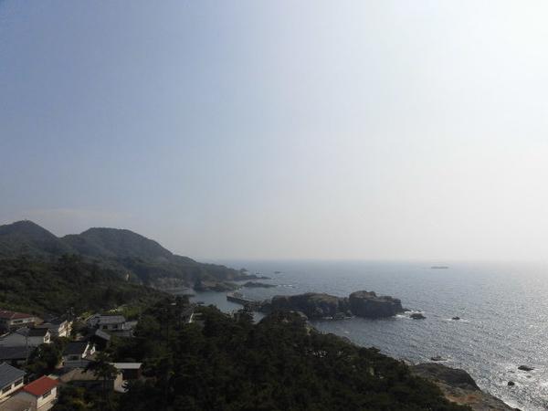 灯台の展望台から日本海沿岸を眺める。