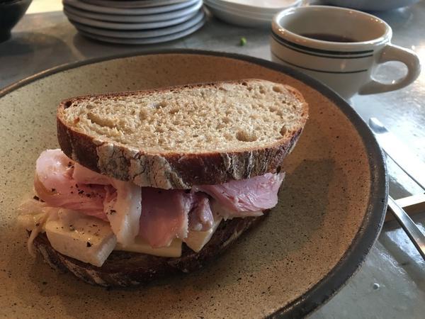 自家製ハムとカマンベールチーズのサンドイッチ