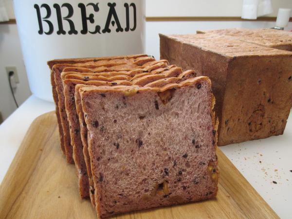 シンボルパン:黒米とくるみの食パン