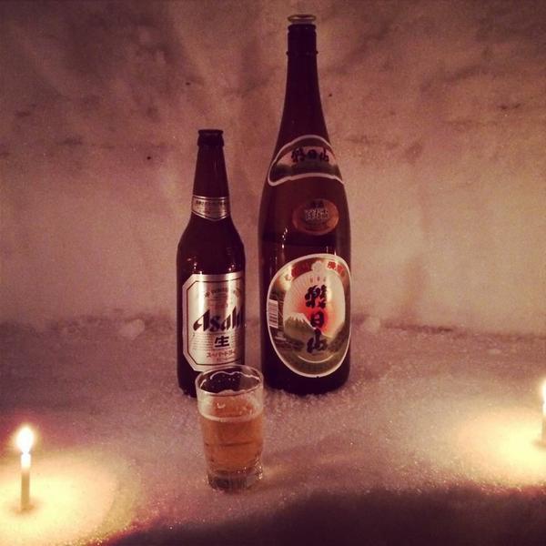 かまくらの中で雪見酒