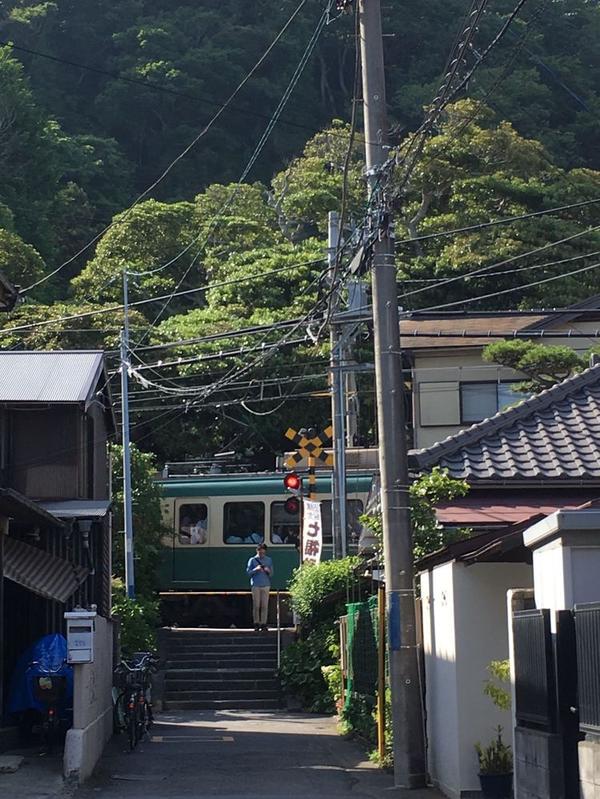 江ノ電が横をすり抜ける