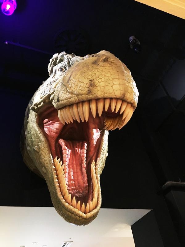ティラノサウルスがお出迎えw