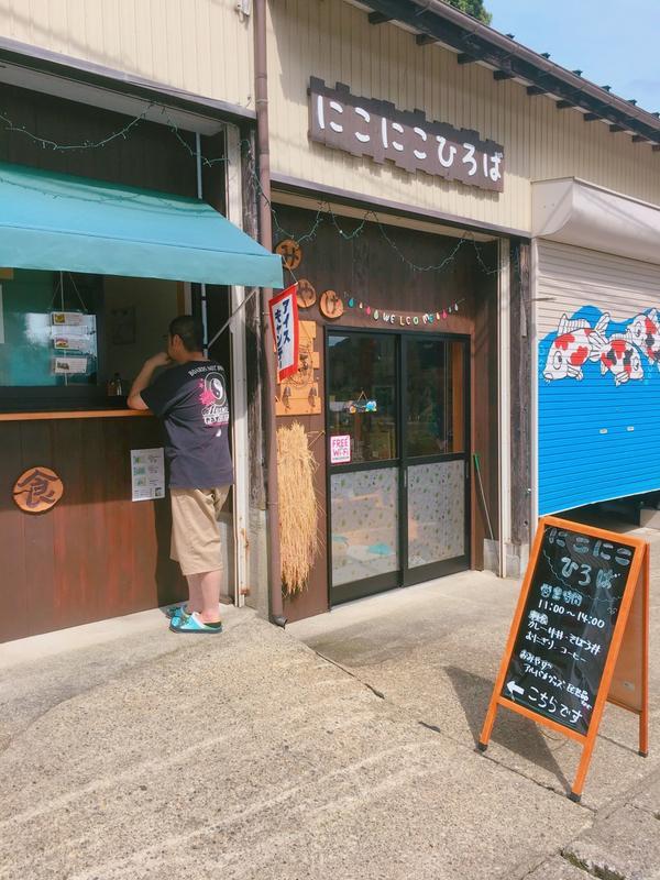 目の前のこのお店でコーヒーやアイスキャンディが買えます☕️