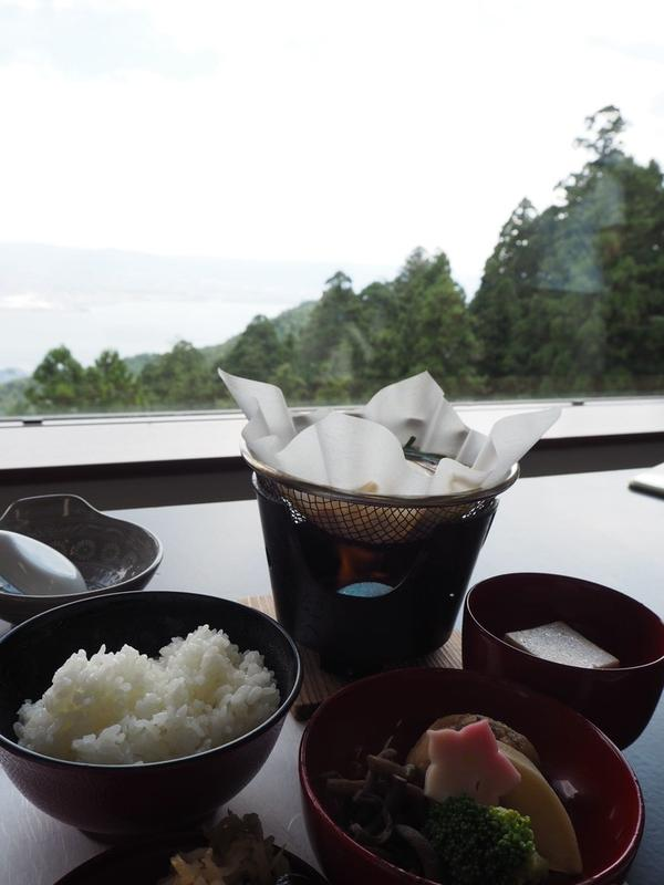 山の上の宿坊では絶景を見ながら精進料理が食べられます