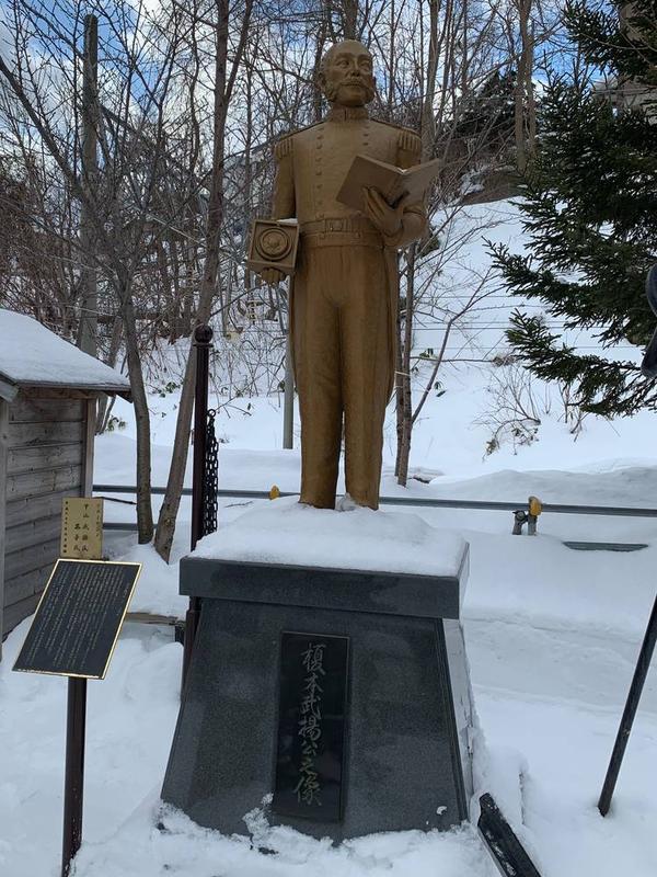 榎本武揚公の像があります