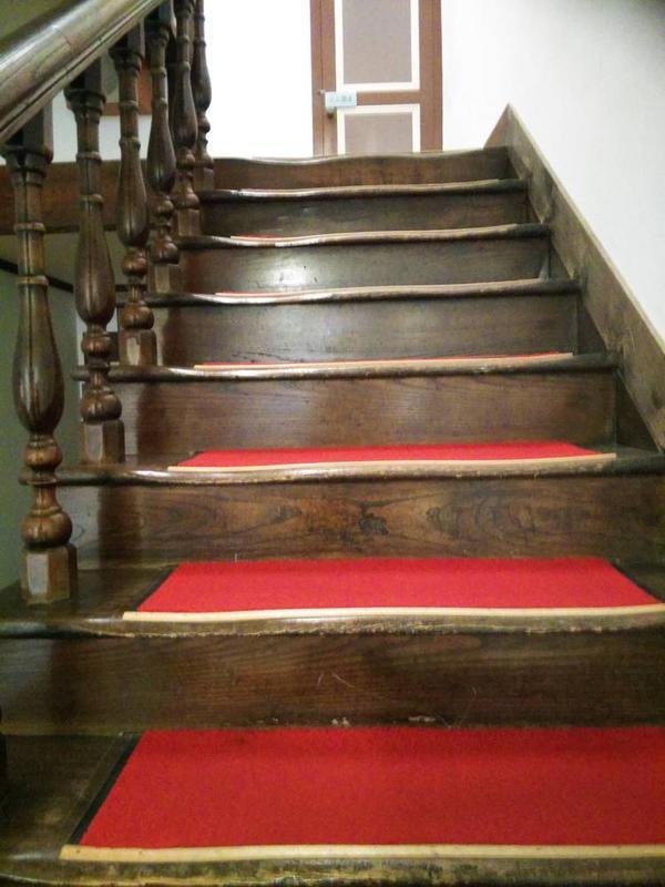 磨きこまれた階段