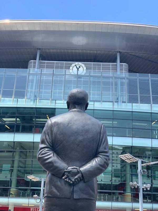スタジアムを見上げるチャップマン