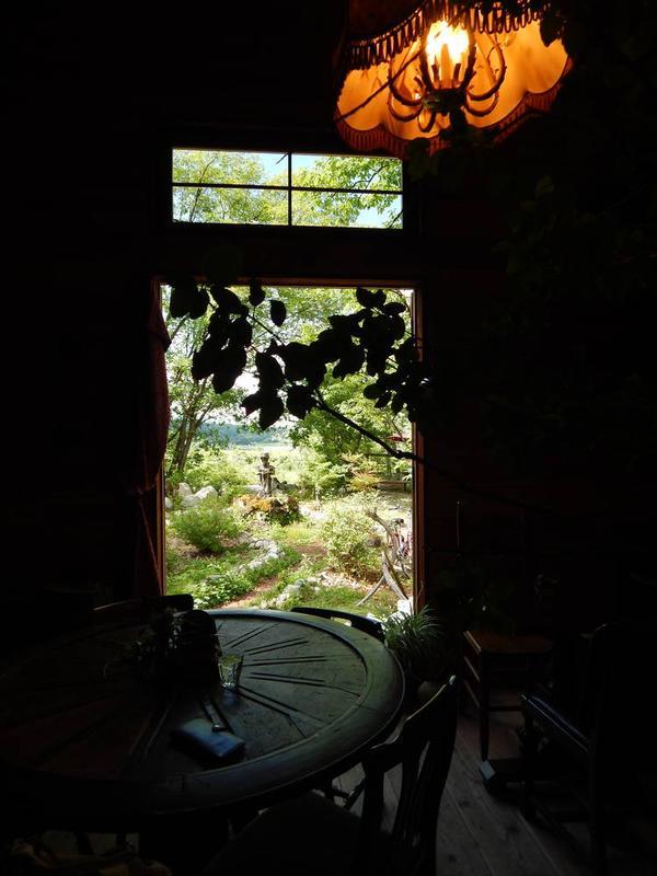 室内からお庭を見る
