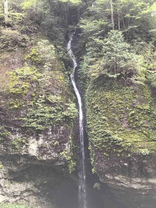 巨岩の間を流れ落ちる滝