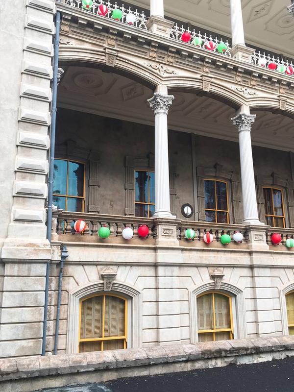 クリスマスシーズンは赤と緑の提灯でクリスマス仕様になります(笑)